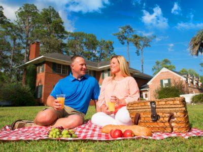 couple having picnic at heritage park & gardens in live oak florida
